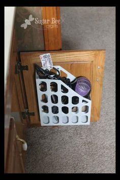 Instala un revistero en el interior de un gabinete para evitar que tu secador de cabello se enrede con tus demás cosas: