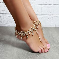 Beautiful way to go out in public barefoot. I love to wear barefoot sandals with my hot, sexy bare belly outfits. Ankle Jewelry, Ankle Bracelets, Body Jewelry, Pies Sexy, Sexy Toes, Pretty Toes, Female Feet, Bare Foot Sandals, Gold Sandals