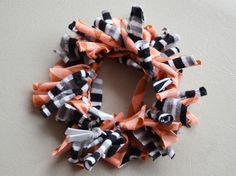 This is a very easy DIY, with few materials and with multiple results. The materials I used are the Diy Hair Scrunchies, Fabric Hair Bows, T Shirt Yarn, Tee Shirt, Textile Jewelry, Diy Hairstyles, 4th Of July Wreath, Diy Jewelry, Headbands