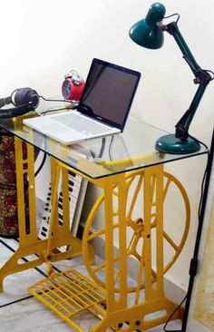 A carcaça da velha máquina de costura, agora pode ser uma estação de trabalho vintage com muito estilo