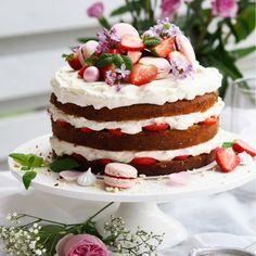 Juhannuskakku - Mansikkakakku tuoreilla mansikoilla ja mascarponetäytteellä on täydellinen juhannuskakku keskikesän juhliin! Tutustu helppoon reseptiin!