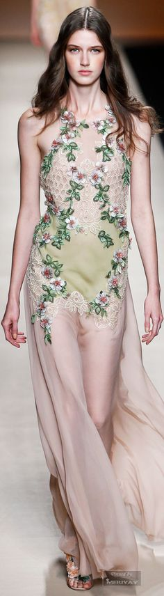 Los vestidos de Alberta Ferretti normalmente parecen salidos de un cuento de hadas. Esta temporada primavera 2015 se acentúa su estilo por la marcada tendencia hacia lo etéreo, las transparencias, bordados, colores nude y pastel combinados con detalles barrocos naturalistas. Encantadora.