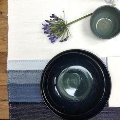 Tafelloper Shadow!Je kunt ze bestellen in grijs, jeans blue of olijfgroen. Knoeien? Geen probleem! Ze functioneren namelijk ook als placemats en zijn wasbaar op 30º C