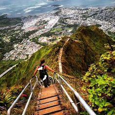 """Haiku Stairs (Havaí, EUA)  Também conhecido como Stairway to Heaven (""""escadaria para o paraíso"""", em tradução livre), a trilha de degraus chega a uma altura de 850 metros acima do nível do mar. Imagine a vista!  #travel #traveling #visiting #instatravel #instago #instagood #trip #photooftheday #travelling #tourism #tourist #instapassport #instatraveling #mytravelgram #travelgram #travelingram #gootur #viagem"""