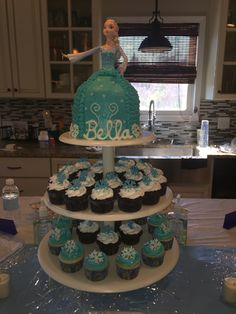 """Frozen"" Elsa Doll Cake and Cupcakes"