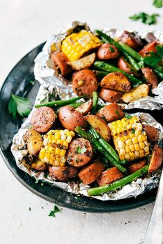 Foil Pack Sausage and Veggies! Easy Tin Foil Pack Garlic Butter Sausage and Vegg… Foil packaging sausage and vegetables! Easy Tin Foil Pack Garlic Butter Sausage and vegetables. A delicious meal that lasts 15 minutes or less! Foil Packet Dinners, Foil Pack Meals, Foil Packets, Tin Foil Dinners, Grilling Recipes, Cooking Recipes, Cooking Dishes, Cooking Foil, Healthy Recipes