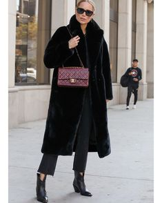 """ANINE BING on Instagram: """"Can't wait to bring this cozy faux fur with me to Europe in a few weeks 🖤"""" Diva Fashion, Boho Fashion, Winter Fashion, Beige Chanel Bag, Burgundy Bag, Anine Bing, Models Off Duty, Urban Chic, Fall Winter Outfits"""