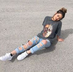 53 Women Outfits Ideas with Ripped Jeans to Makes You Look Casual - Aksahin Jewelry Tumblr Outfits, Mode Outfits, Grunge Outfits, Jean Outfits, Girl Outfits, Casual Outfits, Fashion Outfits, Fashion Trends, School Outfits