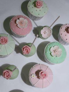 Cupcakes e Cakepops estilo vintage romântico em tons de verde e rosa