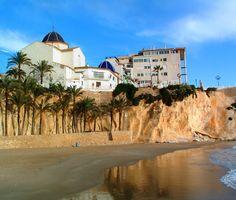 Simplemente encantador, el casco antiguo sobre la roca y la playa del mal pas, a los pies del mismo. Ven a descubrirlo  con www.enjoyingalicante.com