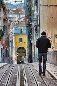 Looks like a tunnel goes through the building, crazy, also creates a nice terminated vista for the street, Lisboa Gloria