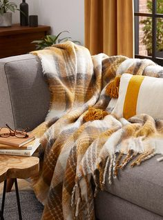 Le jeté carreaux ocre 130 x 150 cm | Simons Maison | Jetés | Accessoires déco | Simons Decoration, Decorative Pillows, Tassels, Cushions, Throw Pillows, Inspiration, Blanket, Bed, Accessories