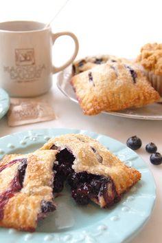 El #blueberry lo tenemos en gran variedad de postres, como éste handpie de corteza crujiente y relleno de blueberries frescas. ¡Simplemente delicioso! #MagnoliaBakeryMX #handpiesmagnolia