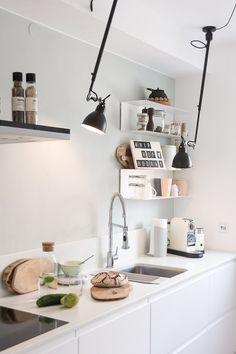 Umbau Reihenhaus Teil III – Neue Küche Handleless kitchen with Silestone worktop. Light make the DCW lamps no. Mobile Home Kitchens, Mobile Home Living, Handleless Kitchen, Cocinas Kitchen, Terraced House, Living Room Remodel, Kitchen Remodel, New Kitchen, Kitchen Decor