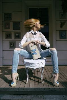Shoes and clutch set / Butterflies / Blue butterfly / Celebrity look / White shirt / Ripped jeans / High heels / Photoshooting / Women fashion / Statement necklace / Fashionista