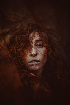Über was möchtest du dich definieren? Über Meinungen von aussen? Über dein Umfeld? Oder über deine Taten? Jeder von uns hat eine gewisse Energie, die man auf die unterschiedlichste Art einsetzen kann. Vergiss -niemals- was dich zu dem gemacht hat, wer du bist.  .  M: @pa_n0rama D: 05/2018 L: Wurzen, Germany . #freckles #brown #curlyhair #portrait #skin