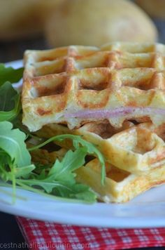 Tasteful Healthy Lunch Ideas with High Nutrition for Beloved Family Good Food, Yummy Food, Tasty, Potato Waffles, Food Porn, Love Eat, Ham And Cheese, Quiche, Finger Foods
