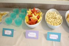 """Ocean Jelly"" (Blue Jello), ""Star Fish"" (watermelon & Pineapple cut in star shapes), ""Sea Foam"" (Popcorn) - Bubble Guppies Party Food Mermaid Theme Birthday, Little Mermaid Birthday, Little Mermaid Parties, Little Mermaid Food, Lila Party, Bubble Guppies Birthday, 4th Birthday Parties, Birthday Ideas, 5th Birthday"