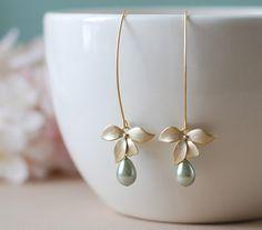 Fleur d'orchidée or Sage vert boucles d'oreilles perle par LeChaim