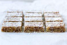 Dadelwalnotenreepjes met kokos - Zoetrecepten Healthy Sweet Treats, Vegan Treats, Healthy Sweets, Healthy Baking, Healthy Snacks, Healthy Recipes, Eat Healthy, Sweet Recipes, Snack Recipes