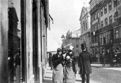 Rua Garrett, Lisboa 1900 Fashionable top hats for the gentlemen!