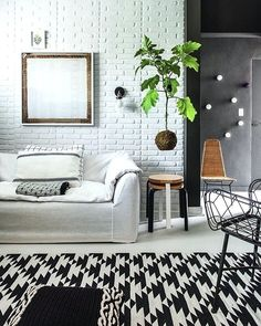 """Na matéria """"Truques de efeito"""", da nossa edição de julho, te mostramos diferentes ideias de como transformar sua casa de forma prática e rápida. Aqui, o revestimento da parede que imita tijolos aparentes (Forrorama, da Colabardini) foi instalado em apenas um dia! #revistacasaclaudia #decoração #decor #decoration #casa #house #home #homedecor #tijolinhos #parededetijolos #wall #walldecor"""