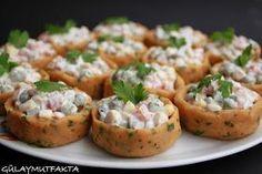 El oyalayıcı olsada böyle şık sunumlu salataları seviyorum:) malzemeler: 5-6 adet patates 1 çorba kaşığı tereyağ 1/2 çay bardağı süt 1 ...