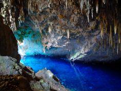 La Gruta del Lago Azul    Un cristalino lago de 70 metros de profundidad y deslumbrantes estalactitas formadas por la acción del agua a través de los años, son la postal que caracteriza a esta cueva , en el estado brasileño de Mato Grosso do Sur.  La belleza y peculiaridad de esta Gruta, es cuando los rayos del sol ingresan en esta enorme cueva se produce un mágico efecto que tiñe las paredes de azul y llena de belleza este tesoro admirado por arqueólogos y paleontólogos de todo el mundo.