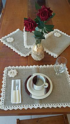 This Pin was discovered by AntSet tovaglietta x Simona.Burlap Table runner with dusty hay country lace Rustic RunnDiscover thousands of images about Burlap Projects, Burlap Crafts, Crochet Projects, Diy And Crafts, Sewing Projects, Projects To Try, Crochet Kitchen, Crochet Home, Burlap Table Runners