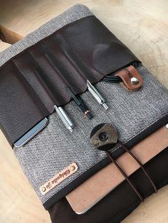 *Notebooktasche:* Sie wurde mit Baumwollstoff, Leder und Volumenvlies genäht, veredelt mit einem Knopf aus Wasserbüffelhorn, der in Verbindung mit einem Gummiband als Verschluss dient.    Im...