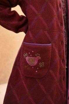 Gudrun Sjödéns Herbstkollektion 2014 - Handgestickte Vogel- und Blumenmotive sowie dekorative kontrastfarbige Details an Taschen, Kragen und Rollkanten werten diesen wunderschönen Mantel auf.