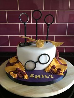 Harry Potter Party Decoration Ideas Elegant Harry Potter themed Cake with Quidditch Rings Snitch Scarf Harry Potter Torte, Harry Potter Wedding Cakes, Harry Potter Birthday Cake, Harry Potter Bday, Harry Potter Baby Shower, Harry Potter Food, Harry Potter Theme Cake, Harry Potter Costumes, Harry Potter Quidditch