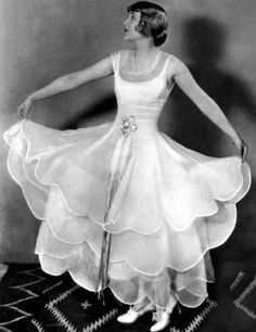"""Vilma Banky, performed in Hungarian, Austrian and French movies between 1920 and In Hollywood she was billed as the """"The Hungarian. Belle Epoque, Hollywood Actresses, Old Hollywood, Hollywood Fashion, Classic Hollywood, Vintage Outfits, Vintage Fashion, Vintage Gowns, Vintage Couture"""