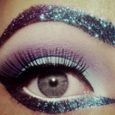 Great eye make up with purple and turquoise blue glitter. Love that glitter brow! Glitter Brows, Glam And Glitter, Glitter Eye Makeup, Blue Glitter, Sparkly Makeup, Purple Makeup, Glitter Party, Glitter Force, Glitter Gel