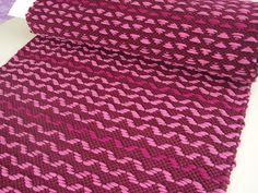 Äkin kankurit: maaliskuu 2012 6-vartiseen ruusukasloimeen kutoi Liisa sängynvierusmattoja tyttärelle. Vähän oli pohdinnassa miten saadaan loivaa aaltoa, joka oli toiveissa. Oikealla puolen matossa on aaltoa, joka minusta muistuttaa enkelin siipiä, nurjan puolen kuvio on mukava kolmio!