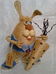 Доброго времени суток, дорогие люди! Появился вот такой Заяц - пропагандист вегетарианства и сырых овощей! В лапе - морковь (шпагат, деревянные бусины, ботва- кожзам). фото 4
