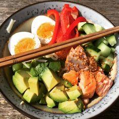 Een goedgevulde Poké Bowl met gerookte zalm en avocado als lunch! De nieuwe trend van tegenwoordig is een Poké Bowl. Deze trend is afkomstig uit Hawaii. Poké spreek je uit... Poke Bowl, Cobb Salad, Healthy Recipes, Healthy Food, Sushi, Food And Drink, Bowls, Hawaii, Ethnic Recipes