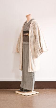 Modern kimono inspiration---Hana Source by flamepoint Yukata Kimono, Kimono Japan, Kimono Dress, Traditional Japanese Kimono, Traditional Dresses, Kimono Fashion, Fashion Outfits, Modern Kimono, Kimono Design