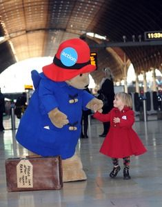 Paddington Bear Gives Free Christmas Hugs At Paddington Station Teddy Bear Cartoon, Teddy Bears, Ours Paddington, Bear Images, People News, Bear Art, Pooh Bear, My Childhood Memories, Cute Bears