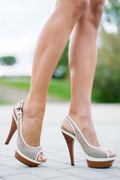 Lattice Bodysuit Body con cordones falda de ante con botones Mango suede skirt zapatos peeptoes Barbara Bui bolso Michael Kors blanco Crimenes de la Moda