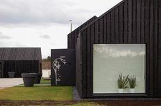 Cladding detail and blind infront of bath 8 Blacks / NRJA Black Cladding, Timber Cladding, Black House Exterior, Interior Exterior, Bar Interior, Interior Design, Black Shed, Weekend Cottages, Sauna House
