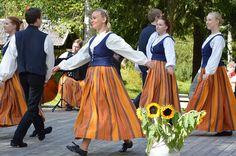 Polokkarit on oululainen, omintakeinen kansantanssiryhmä. Luuppi, Oulu (Finland)