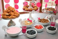 New baby shower brunch buffet yogurt parfait Ideas Baby Shower Brunch, Idee Baby Shower, Baby Shower Cakes, Breakfast Buffet Table, Brunch Buffet, Party Buffet, Brunch Bar, Comida Para Baby Shower, Fruit And Yogurt Parfait
