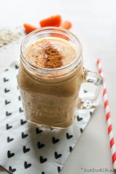 Ontbijt smoothie met havermout en banaan - It's a food life Healthy Smoothies, Milkshake, Peanut Butter, Mason Jars, Tableware, Food, Smoothie, Dinnerware, Tablewares