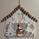 Delizioso fuoriporta natalizio in feltro con un caratteristico tetto realizzato con piccolissime pigne. Ideale da appendere come fuori porta o anche in casa come decorazione. Disponibile solamente...