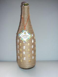 Garrafa de vidro reciclada, decorada,com artesanato de barbante. Excelente para decoração, para eventos, para jarro de flores...