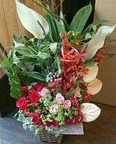 花ギフトのプレゼント【BFM】 赤・ピンク・白でゴージャスに そんなフラワーアレンジメント http://www.basketflowermarkets.com