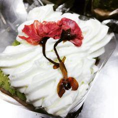 【noonoyka】さんのInstagramをピンしています。 《Matcha Azuki,Green tea chiffon cake with red bean cream and cherry blossoms  #matcha#greantea#chiffoncake#cherryblossoms#sakura🌸 #sakura#bakeathome tummy#delicious #azuki#cream#heavycream#whippedcream》