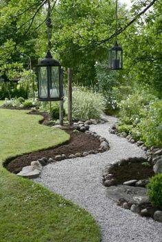 laternen fußweg grasfläche gartengestaltung garten kiesel #gardendesign