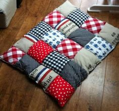 Playpen: Cut out 2 pieces. It must be square patches of 10 by 10 cm … - chairdesign Baby Girl Quilts, Girls Quilts, Necktie Quilt, Crochet Slipper Boots, Jacob's Ladder, Denim Crafts, Quilting Tips, Cute Baby Clothes, Baby Sewing